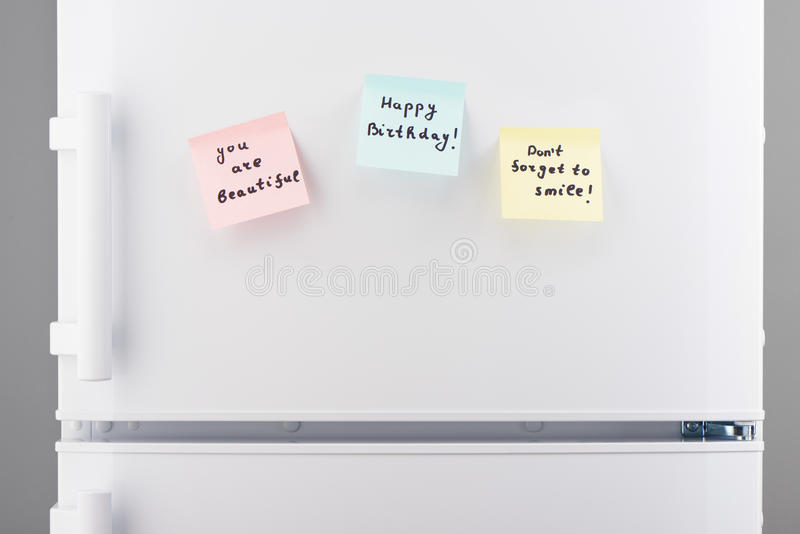 Você é feliz aniversario bonito, não esquece sorrir notas foto de stock royalty free