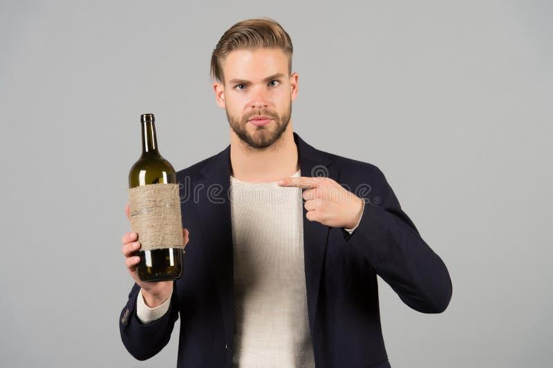 Você deve tentar este O homem guarda a bebida do álcool da garrafa Aspectos sociais e culturais de beber Terno formal do homem de imagens de stock