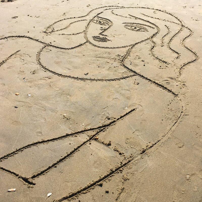 Você encontra as meninas as mais bonitas na praia fotos de stock
