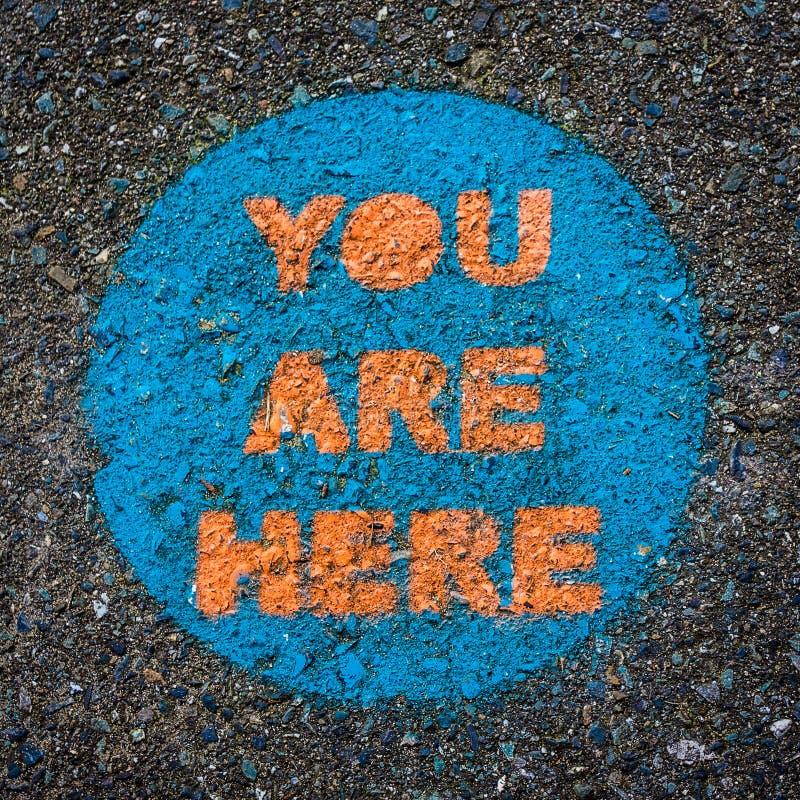 Você está aqui, sinal pintado no pavimento imagens de stock