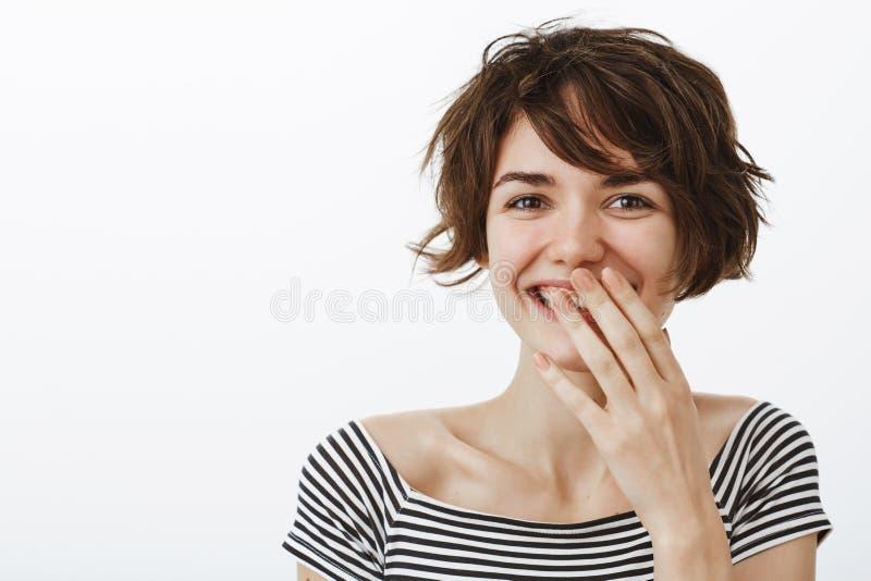 Você faz-me rir e apreciar a vida Retrato de encantar a amiga feminino com corte de cabelo curto bonito, rindo ou imagem de stock royalty free