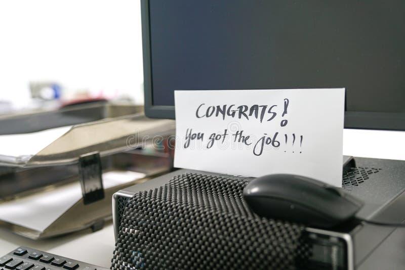 Você obteve o trabalho, palavras escritas no envelope fotos de stock