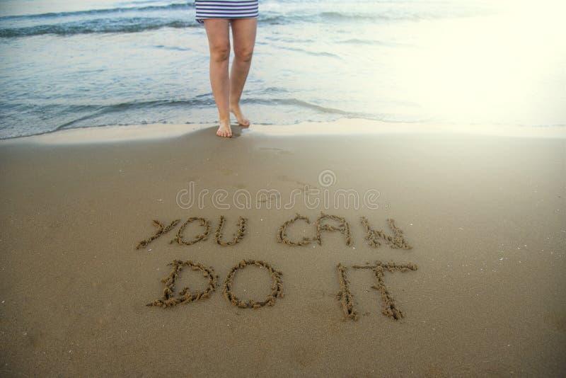 Você pode fazê-lo Conceito inspirado inspirador da mensagem escrito na areia da praia fotografia de stock royalty free