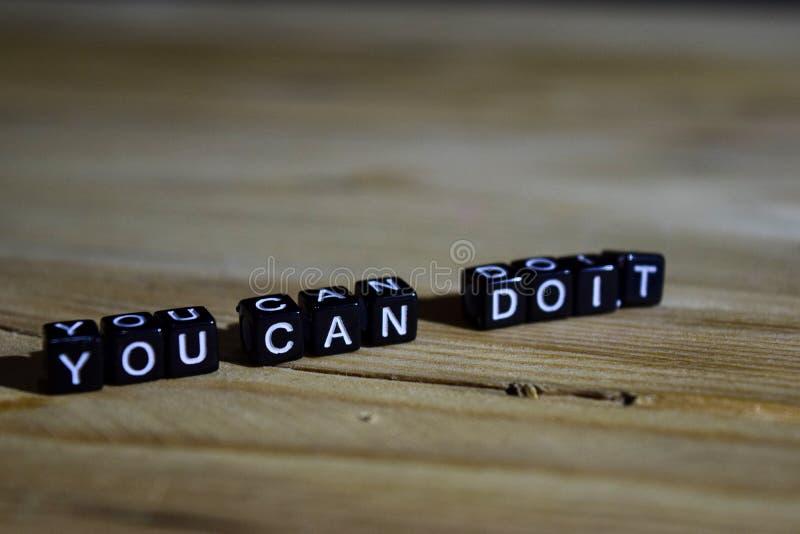Você pode fazê-lo em blocos de madeira Conceito da motivação e da inspiração imagens de stock