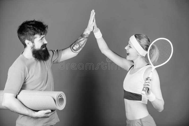 Você pode ser forte mas nós somos mais fortes Equipamento de esporte Treinamento desportivo dos pares com a raquete de tênis da e imagens de stock royalty free