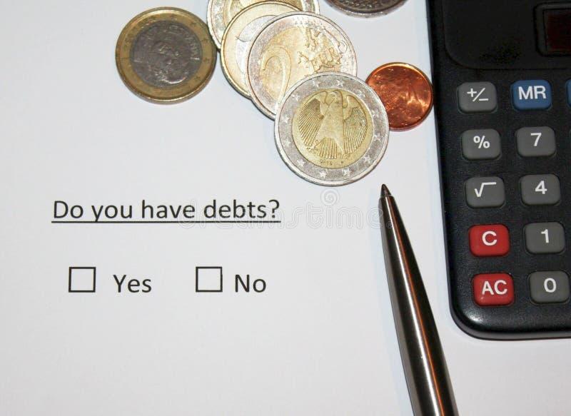 Você tem débitos? Pergunta no papel consigo ou na nenhuma caixa fot grossa Moedas da moeda e calculadora e pena europeias imagem de stock