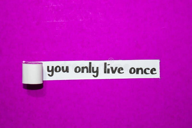Você vive somente uma vez o texto, o conceito da inspiração, da motivação e do negócio no papel rasgado roxo imagem de stock