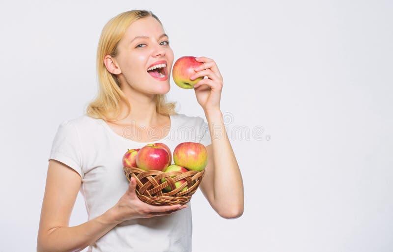 Voc? gosta de algum dieta e alimento da vitamina que shooping Cultivando o conceito Dentes saud?veis Mulher feliz que come Apple  imagem de stock
