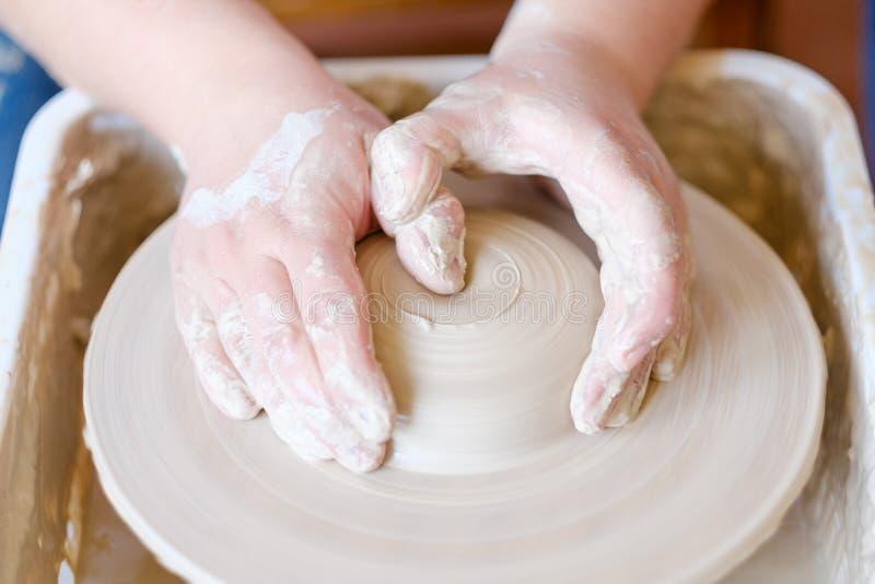 Vocación artística de la afición del artesano de la cerámica creativa imágenes de archivo libres de regalías