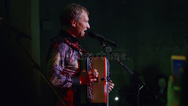 Vocalista e guitarrista ucranianos Oleh Skrypka imagens de stock royalty free