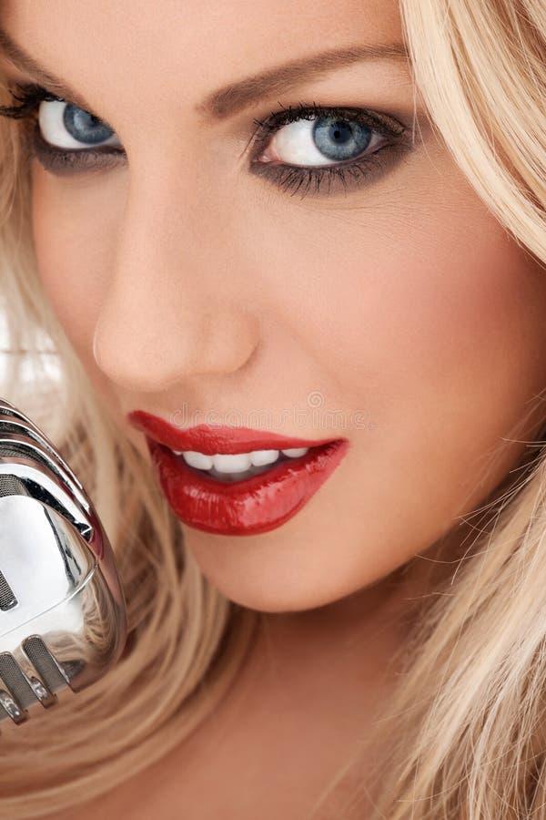 Vocalista louro glamoroso ou diva imagens de stock