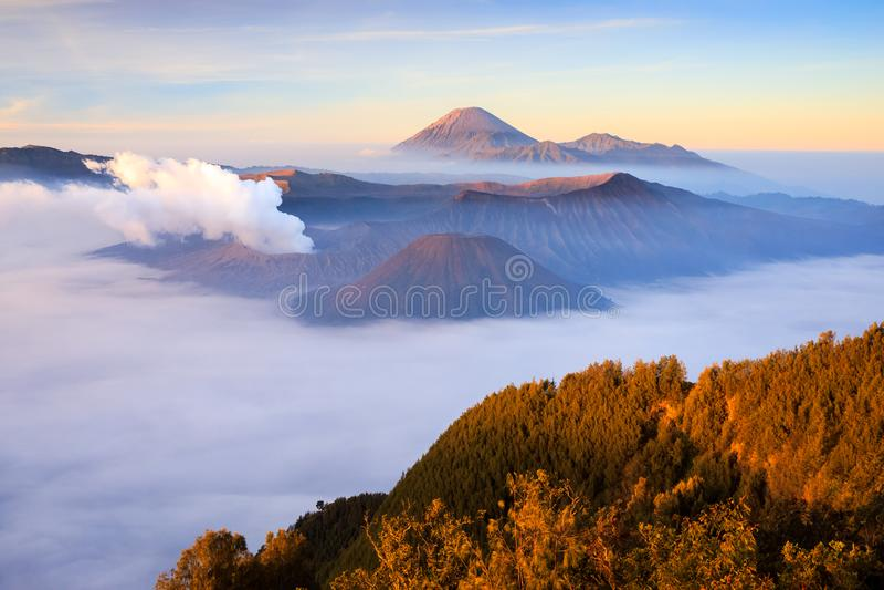 Vocalno на восходе солнца, East Java Bromo, Индонезия стоковые изображения rf