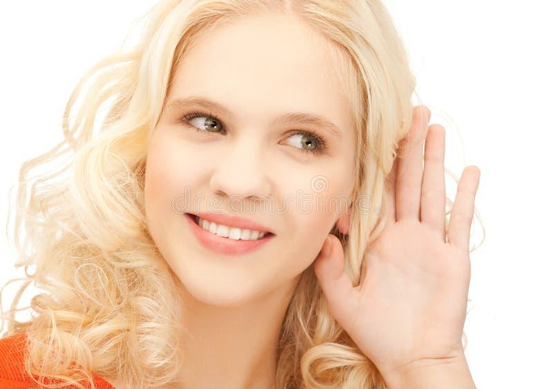 Voci d'ascolto della ragazza immagini stock libere da diritti