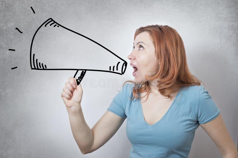 Vociférations de femme d'affaires dans le mégaphone image stock
