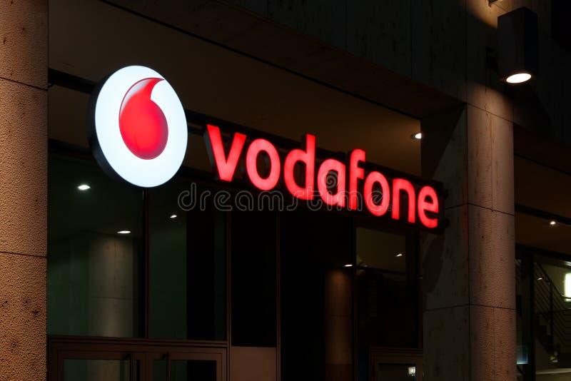 Vodafone mobilnego operatora neonowy znak obrazy royalty free