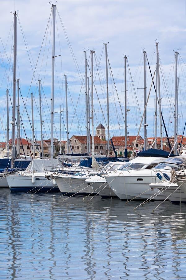Vodice, Croácia, opinião do porto foto de stock