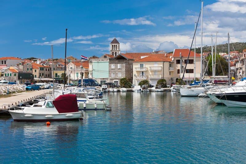 Vodice est une petite ville sur la côte adriatique en Croatie image libre de droits
