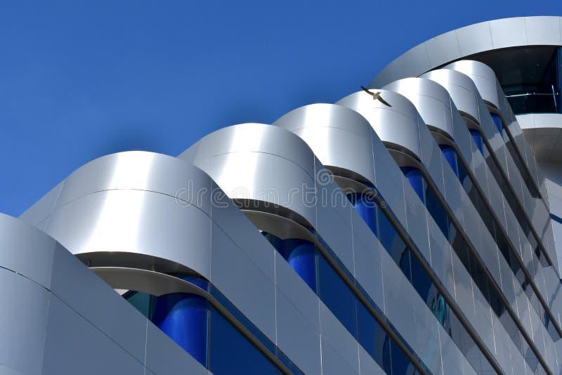 Vodice, Kroatië - 5 25 2019: Olympia Sky-hotel, modern donkerblauw architectuurdetail, tonned royalty-vrije stock afbeeldingen
