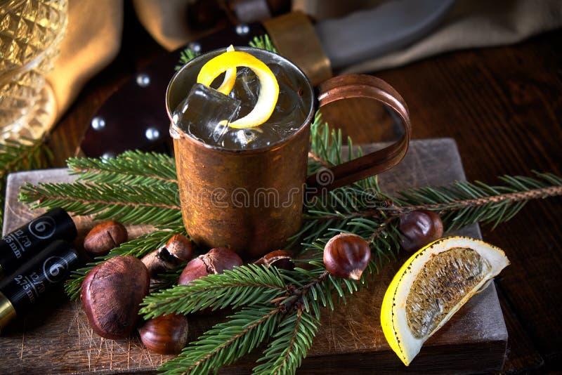 Vodka con il limone in una tazza della latta Bevanda alcolica Barra fotografia stock libera da diritti