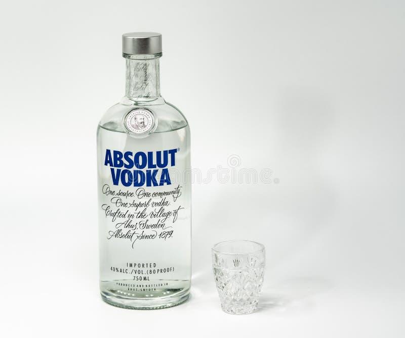 Vodka d'Absolut avec un tir minuscule photographie stock