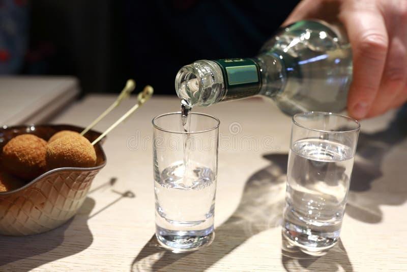 Vodka de colada del hombre foto de archivo