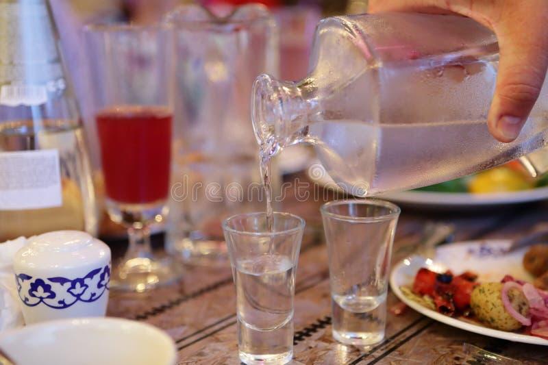 Vodka de relleno de la persona fotos de archivo