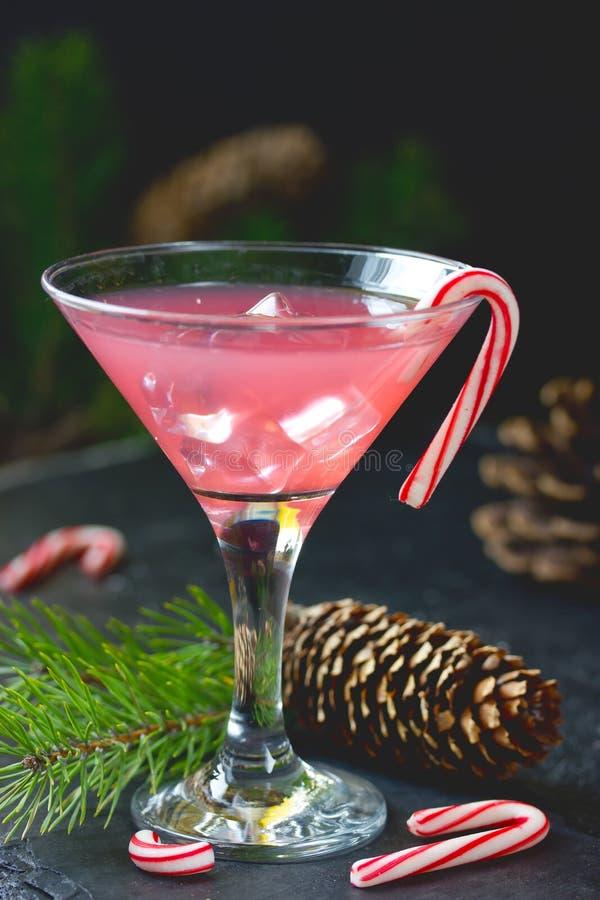 Vodka del bastoncino di zucchero, cocktail rosa della menta piperita tradizionale di natale in vetro di martini fotografia stock