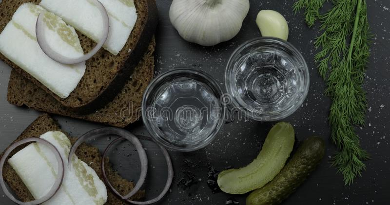 Vodka della bevanda dell'alcool in vetri sparati Superficie con gli spuntini Vista dalla parte superiore fotografie stock libere da diritti