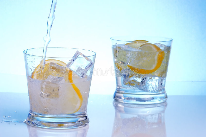 Vodka di versamento nei cocktail fotografia stock