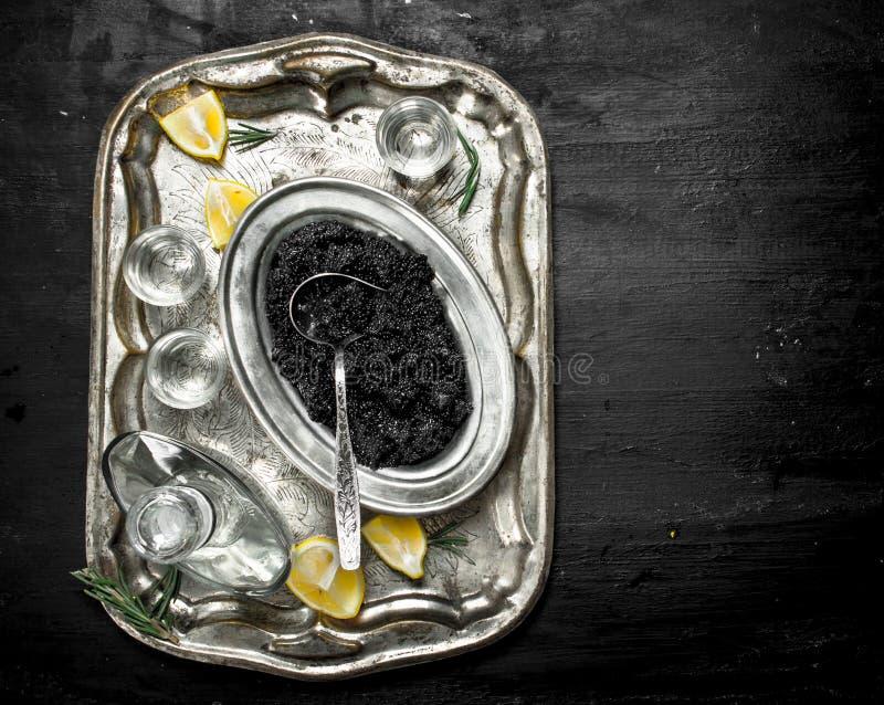 Vodka med kaviaren på det gamla magasinet fotografering för bildbyråer