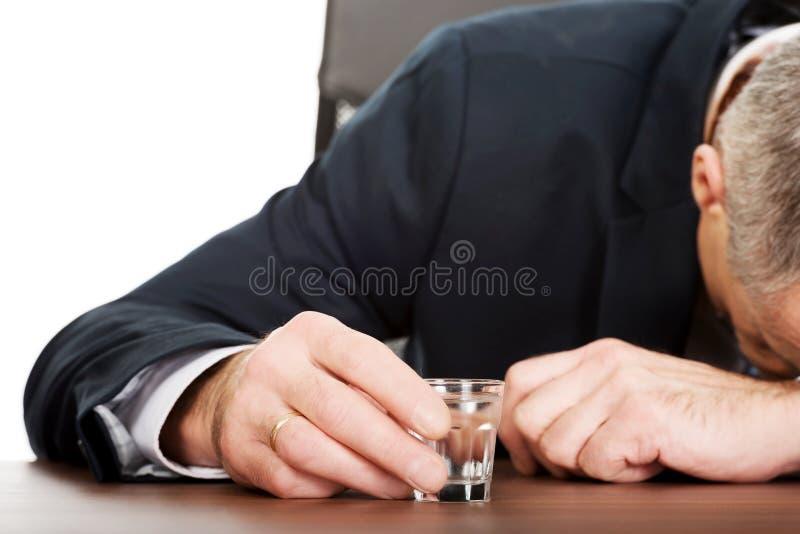 Vodka potable d'homme surchargé dans le bureau photo libre de droits