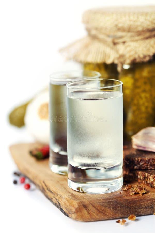 Vodka rusa con pan negro y salmueras tradicionales imagenes de archivo