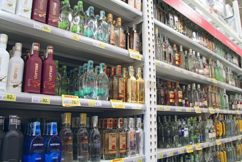 Vodka shoppar med bred choise Alkoholdrycker på hyllor av supermarket arkivbild
