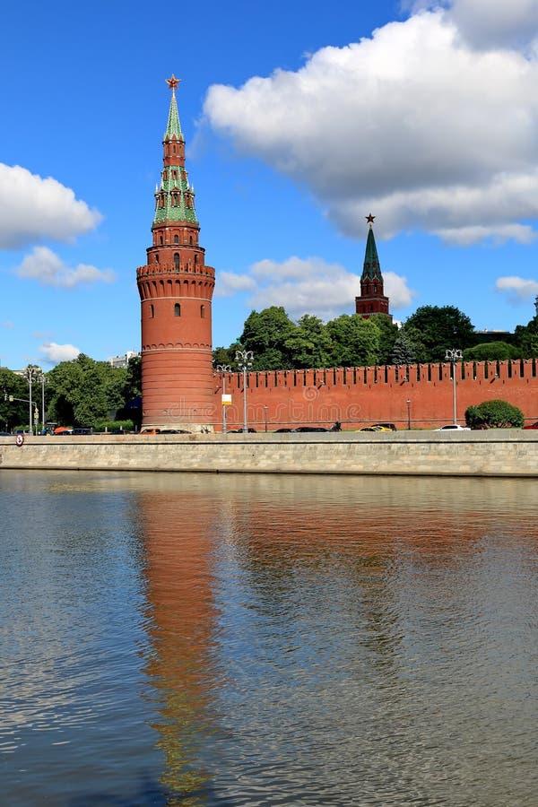 Vodovzvodnaya wierza Moskwa Kremlin i swój odbicie w wodzie zdjęcie stock