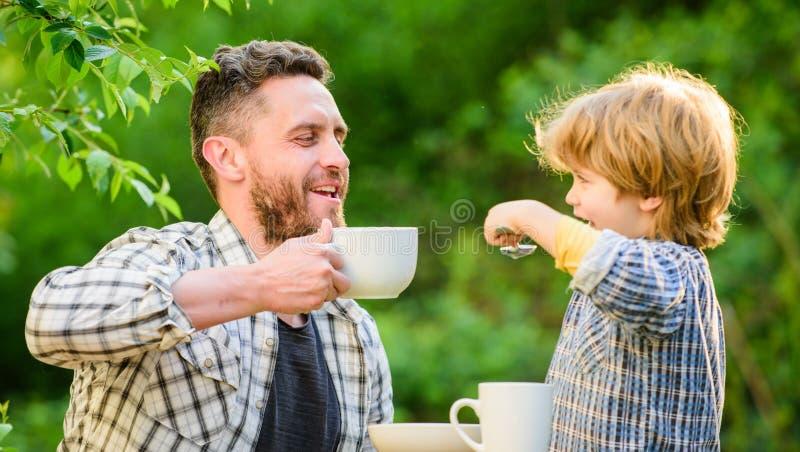 Voed uw baby Natuurlijk voedingsconcept E Stadium van ontwikkeling Gezond voedsel Papa en jongen stock foto's