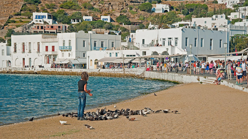 Voedende duiven, Mykonos, Griekenland royalty-vrije stock foto