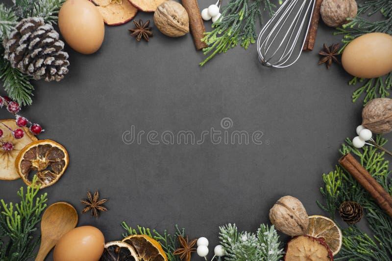 Voeding en het bakken Bovenaanzicht frame van verschillende keukenbakkersartikelen Achtergrond voor recept op donkere achtergrond royalty-vrije stock fotografie