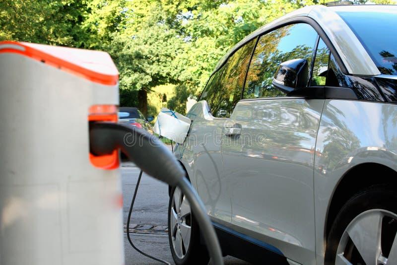 Voeding voor het elektrische auto laden Elektrische auto die st laden stock foto