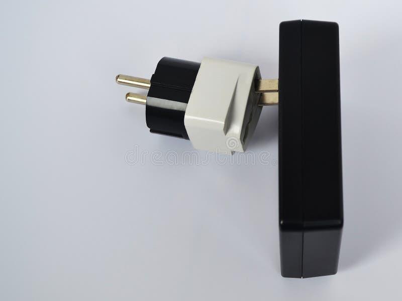 Voedingeenheid of boterachtige lader voor een elektronetwerk met een voltage van 110 volts en een 220 voltadapter op een witte ba royalty-vrije stock afbeeldingen