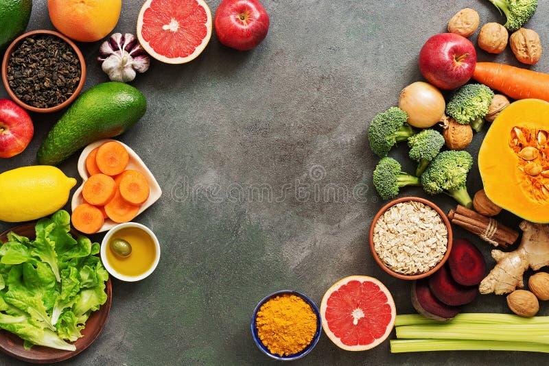 Voedingsconcept van de lever-detox-voeding Gezonde eetgewoonten voor de lever, vruchten, groenten, noten, olijfolie, citrusvrucht royalty-vrije stock afbeelding
