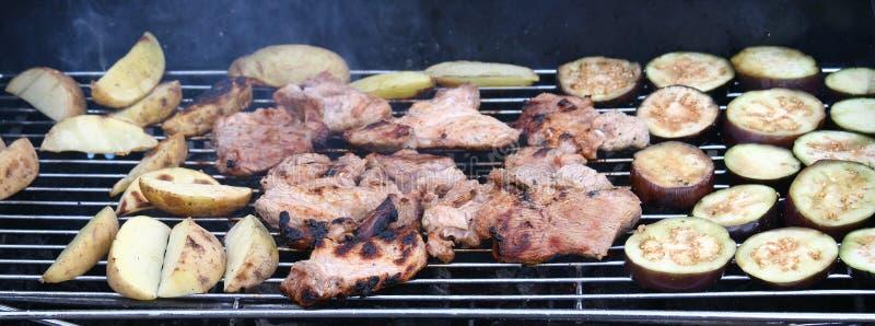 Voedsel bij BBQ de grill wordt geroosterd die royalty-vrije stock afbeeldingen
