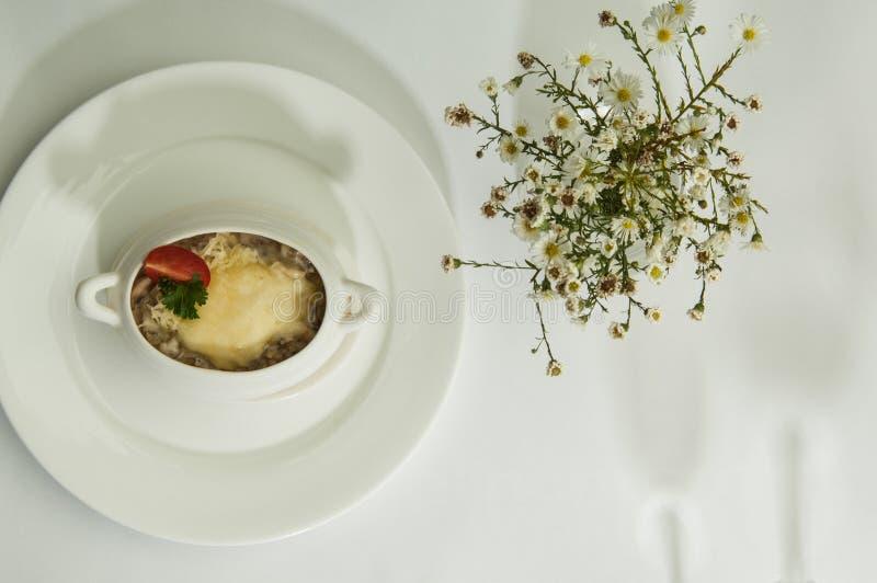 Voedsel in een schotel op een witte oppervlakte stock foto's