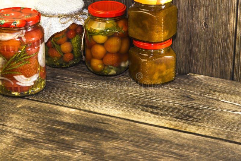 Voedsel Eigengemaakte ingeblikte vruchten en groenten in blikken Gemarineerd t stock foto's