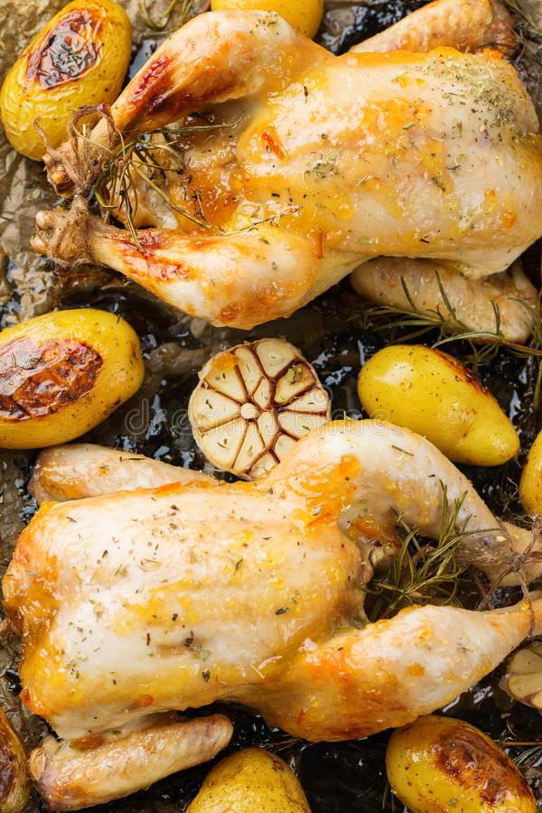 Voedsel en drank, vakantie die dinerconcept eten Geroosterde kippenpoussin met kruiden, kruiden, knoflook en kleine aardappels op royalty-vrije stock afbeelding