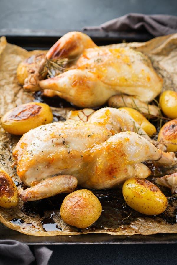 Voedsel en drank, vakantie die dinerconcept eten Geroosterde kippenpoussin met kruiden, kruiden, knoflook en kleine aardappels op royalty-vrije stock foto's