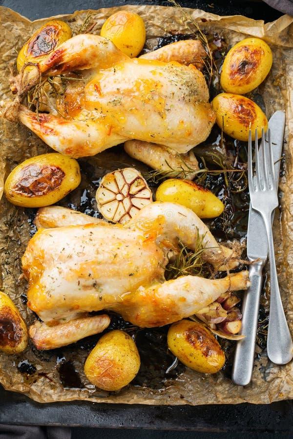 Voedsel en drank, vakantie die dinerconcept eten Geroosterde kippenpoussin met kruiden, kruiden, knoflook en kleine aardappels op royalty-vrije stock fotografie