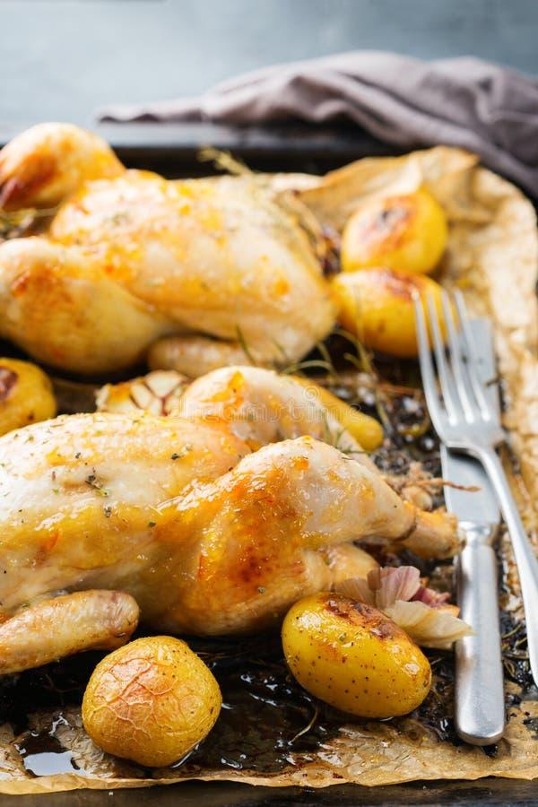 Voedsel en drank, vakantie die dinerconcept eten Geroosterde kippenpoussin met kruiden, kruiden, knoflook en kleine aardappels op stock afbeeldingen