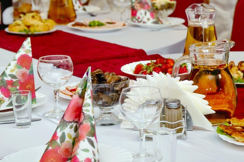 Voedsel en dranken op de lijst Banket, het feestelijke lijst plaatsen royalty-vrije stock foto