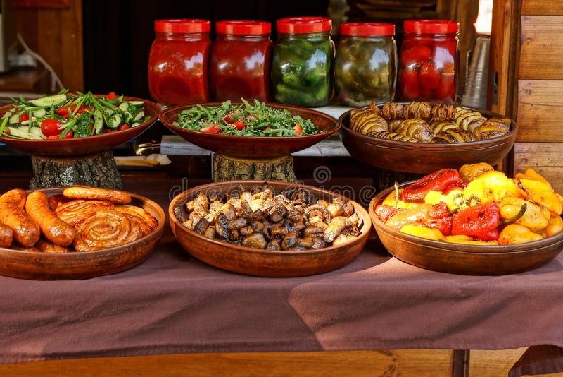 Voedsel en schotels in bruine platen op de lijst stock foto's