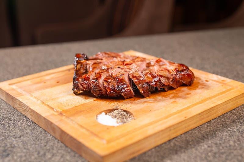 Voedsel, heerlijke en ambachtconcept - het snijden het lapje vlees van het paardvlees op houten bureau stock afbeeldingen